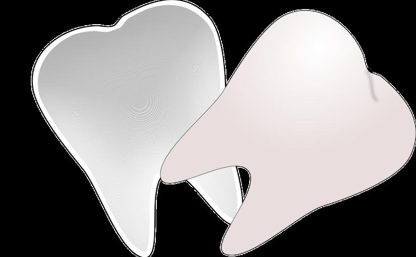Śliczne zdrowe zęby również godny podziwu cudny uśmiech to powód do płenego uśmiechu.